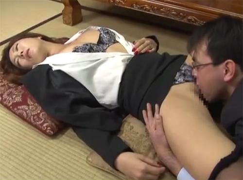 泥酔してるおばさんのパンストを脱がしてこっそりチンポを挿入セックスするadaruto動画