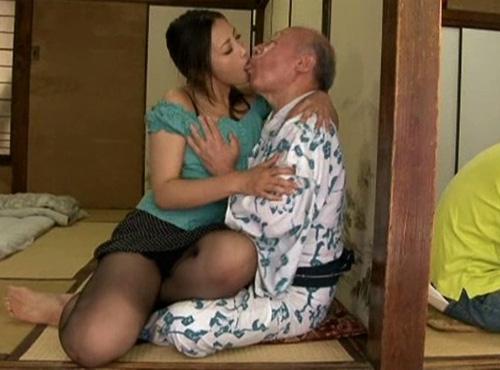 旦那がインポで欲求不満の爆にゅうyu-tyubu嫁が義父とこっそりせっクす無料
